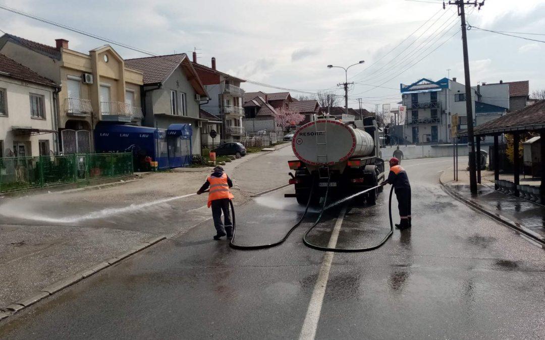 Дезинфекција улица и јавних површина у Гружи